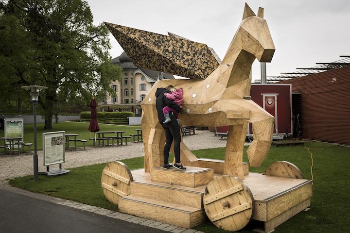 """""""Der Trojanische Pegasus"""" ist eine mobile, übergrosse Pferdeskulptur aus Holz und und vermittelt niederschwellig die Ergebnisse zweier Forschungsprojekte zum Freilichttheaterschaffen in der Schweiz."""